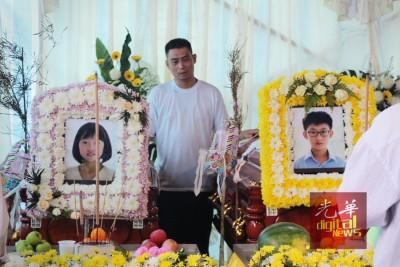 林瑞木整早都伴在儿女灵柩边为两人诵经。
