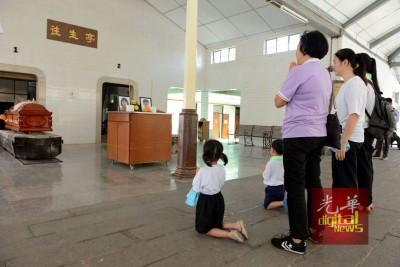 """林殷春及林佳盈的教师(站者左1)遗憾""""下周一起吃自助餐""""的约定无法兑现。"""