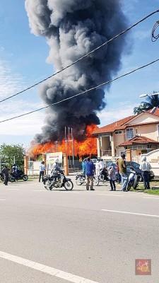 双层木屋燃起熊熊烈焰。