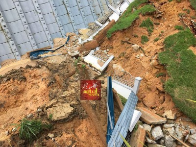 在面对狂风暴雨侵袭下可见山泥倾泻的状况发生。
