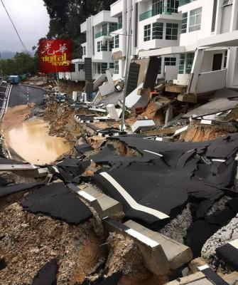 工程防崩墙倒塌压中道路的情况骇人。