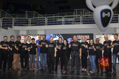 林冠英(中)为槟城国际科学展主持开幕仪式后,与众嘉宾一同合影。右6为拉玛沙米及右8为黄炳意。