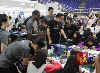 林冠英巡视多个科学展摊位及工作坊,其中他也与在参展的学生交流。