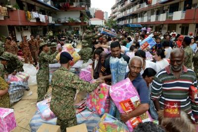 当前槟城床褥大缺货,还要从吉隆坡下送到槟城扶救灾。(档案照)
