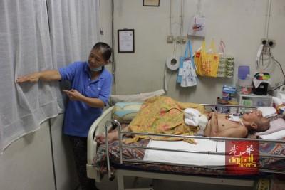 陈绣芝指出水淹的高度,而丈夫的病床已调到最高,但还是浸在水中9个小时。