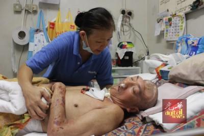 """陈绣芝在黄文忠耳边轻声细语的说,""""你放心,我会好好照顾你的,你要快快好起来""""。"""