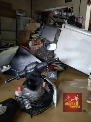 屋外的水位则高达6尺,家中所有电器倒下及泡水中,必须重新维修。