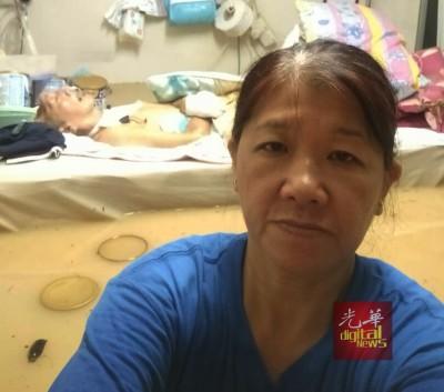 绣芝在11月5日水灾时自拍求助,希望可以让各界知道当时住家的情况。