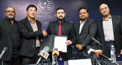 在签署仪式后,大马足总会长东姑依斯迈(右3)与 Ampersand 的联合创办人丹斯里李福龙(左2)互相交换协议书。