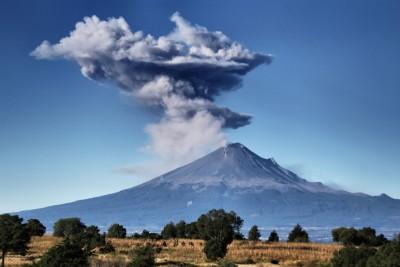 火山喷出大量气体和火山灰,直冲半空。(法新社照片)
