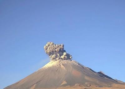 监察镜头拍下火山爆发一刻。