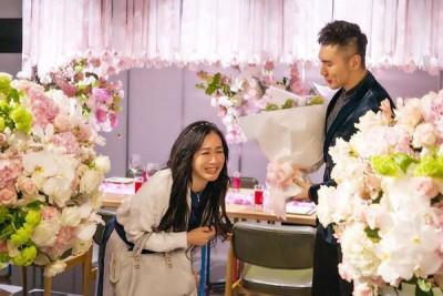 张伦硕(右)为锺丽缇筹备浪漫的结婚纪念日,让她喜极而泣。