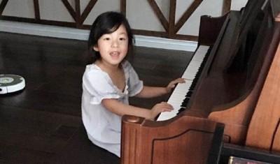 小泡芙弹钢琴时十分可爱。