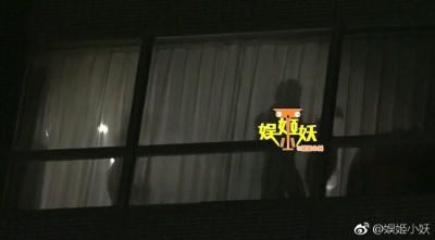 中国狗仔称一名男子帮林志玲开门。
