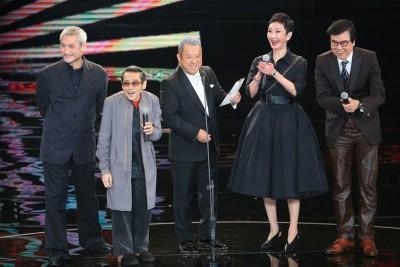 新艺城黄百鸣(右起)、施南生、曾志伟、泰迪罗宾与徐克齐聚颁奖,展现好默契。