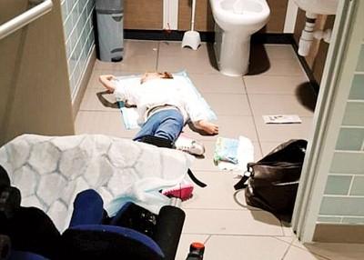 穆尔及载友人在厕所铺衫为残疾女儿更衣的肖像。