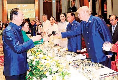 越南国家主席陈大光以及特朗普碰杯。