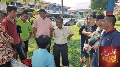 洪铷鸿与治安队成员在现场质问相关少年。