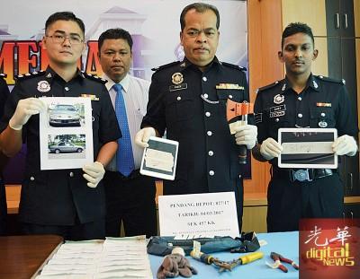 法兹尔(中)示出警方起获作案工具及赃物,左为郑文强,右为苏乐斯。