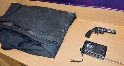 警方所起获作案工具包括黑色外套、枪支型打火机及收音机。
