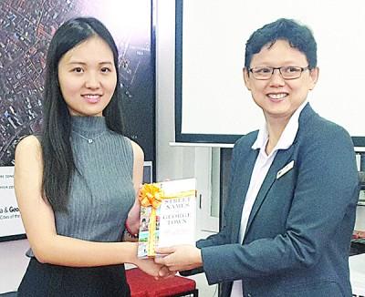洪敏芝(右)移交纪念品予庄思达硕士。