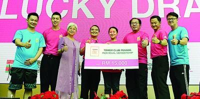 诺拉希妲(右4)成功赢走价值1万5000令吉TowerClub终生会员籍的幸运大奖。左起3为章瑛及许展强,右3为黄伟益。
