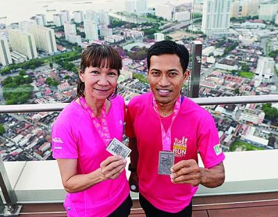 莫哈末阿斯礼詹(右起)及锺雅甄分别以15分钟及21分钟的时间,成为最快攻顶的男女选手。