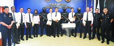 莫哈末沙烈在众警官们的陪同下,颁发奖状予7名优秀执法警员。