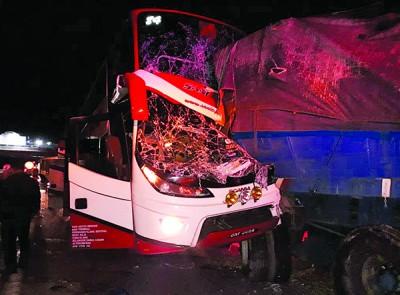 双层长巴在双溪霹雳休息站前猛撞拖格罗里,导致6人受伤。