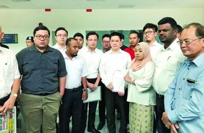 行动党社青团到马大呈交备忘录,促撤回冻结马大华文学会第一个学期活动的冻结令。