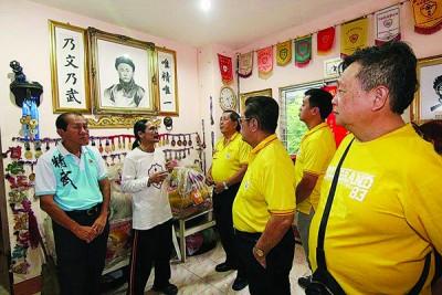 冯成虎(左2)于到访的怡保精武代表团成员讲述该会的图景。