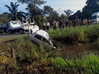 宝腾国产车撞入路边水沟,车内3人命丧现场。