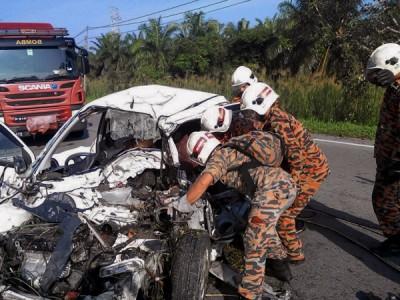 消拯人员将3死者遗体移出,交由警方送往医院太平间。