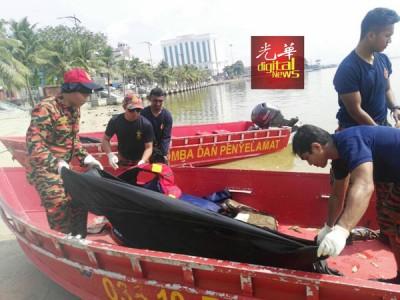 消拯员寻获莫哈末法惹祖安,正以黑色塑料袋把遗体包裹送上岸。