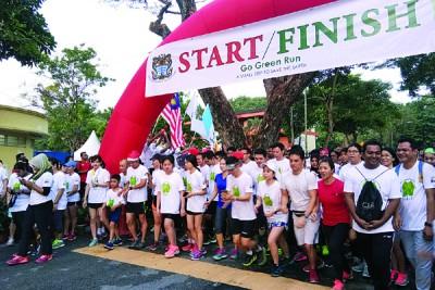 """尤端祥(右起)、麦慕娜及颜艾菱为""""Go Green Run 2017""""主持挥旗礼,陪同者尚有吴俊强。"""