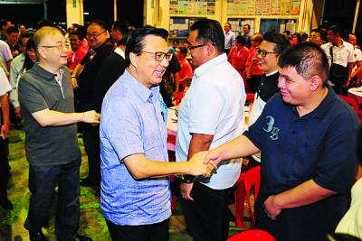 魏家祥(左起)同廖中莱到晚宴现场时,以及出席者握手交流。