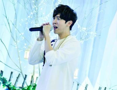 A-bin除了现场演唱3首新歌,还应歌迷要去清唱代表作《坏人》,并为歌迷签名。