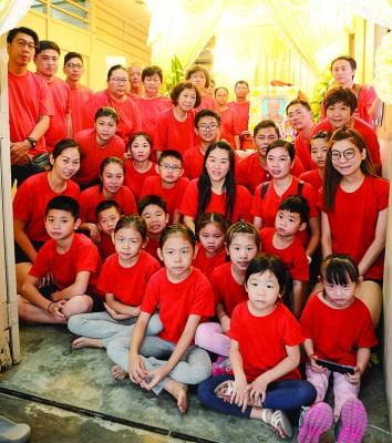 槟城红灯角填地木屋区最年长人瑞林闲拍嫲往大,全家大小穿上红恤衫,啊享寿积闰104寒暑的爹妈办好笑丧。