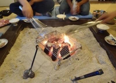 3称老出事时用围炉烧鸡食用。希冀为日本人用围炉烧鸡的情景。