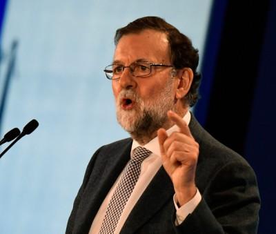"""西班牙首相拉霍伊想加泰隆尼亚回归""""正常状态"""",解散加泰自治区政府。(法新社照片)"""