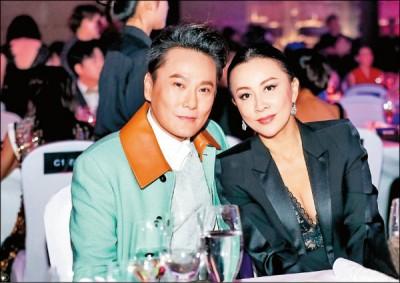 张信哲与刘嘉玲合影留念,2人当年合唱的《有一点动心》至今仍是经典。