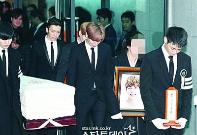 钟铉葬礼今早举行,由SHINee及SUPER JUNIOR抬棺。
