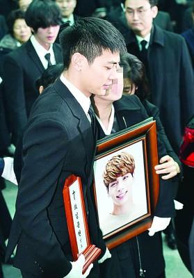 珉豪强忍悲伤,在葬礼中不忘照顾钟铉的家人。