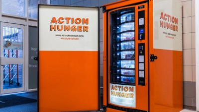 """""""饥饿行动""""以街口摆放自动贩卖机,免费向街朋友提供生活必需品。"""