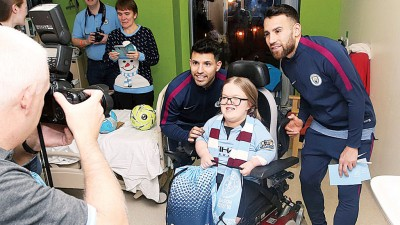 曼市阿奎罗及奥塔门迪于曼彻斯特皇家儿童医院为小球迷送红包。