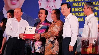 三九颁发新村杰出人才奖给林锦池(左2),出于李志亮、廖中莱、陈栋良同梁荣光陪。