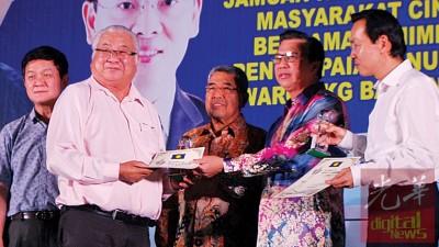 王来福以大臣和马华领袖见证下,搭领廖中莱发布的奖项。