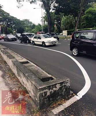 坐落邦咯路前路段的转弯处路面上的单独白线,由没有沿着路沿而写,于是造成道路空间变小。