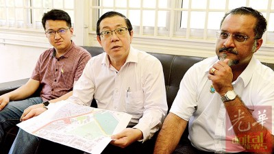 林冠英(受到)于刘镇东(左)以及佳日星之伴随下指出,槟州首长机构将拿槟州廉洁机构原址翻新打造成为槟州非伊斯兰教理事会办事处。