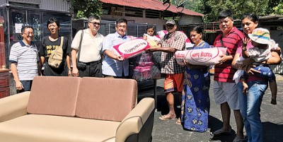 陈嘉亮(左4)移交新家具予万拉彦(左5),左起为邱继综、董清华、黄德亮、嘉雅、秦志豪和蒂薇。